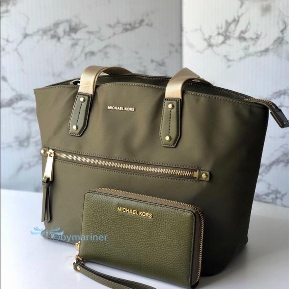 Michael Kors Handbags - 💥SALE💥 Michael Kors Polly Tote and Wallet Set